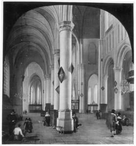 Interieur van een gotische kerk met kerkbezoekers en een grafdelver aan het werk in een graf