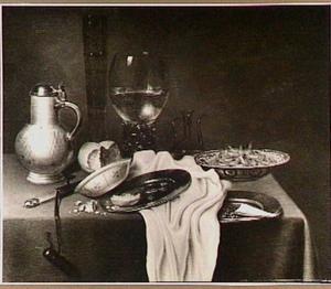 Stilleven met porseleinen schotel met garnalen, glaswerk en ander vaatwerk, een mes in schede en wit servet op donker kleed