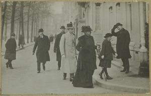 Prinses Emma en prinses Juliana wandelend op straat