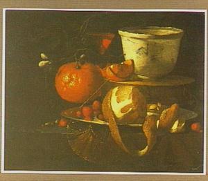 Stilleven met porseleinen schaal, sinaasappel, geschilde citroen en een glas wijn