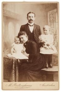 Portret van een man, vrouw en twee kinderen