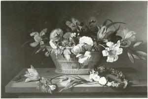 Bloemen in een rieten mand, met een bloemenkrans, vliegend hert en tulpen, op een stenen tafel