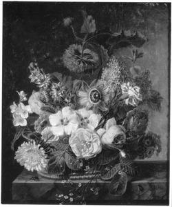 Bloemen in een mand op een marmeren blad