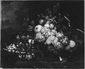 Stilleven van vruchten in een mand, met bloemen en een vogeltje