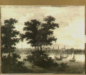 Beboste rivieroever met enkele wandelaars; in de verte Amsterdam