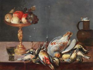 Stilleven met een tazza, fruit, gevogelte, glazen en een keramieken kruik