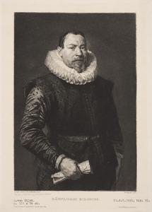 Portret van een 57-jarige man met een grote plooikraag, staande naar rechts met een papier in de rechterhand