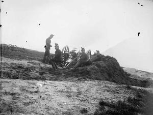 Een groep militairen met een kanon tijdens een militaire manoeuvre