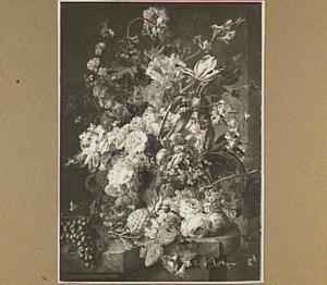 Stilleven met bloemen en vruchten in een gebeedlhouwde vaas, op een stenen plint