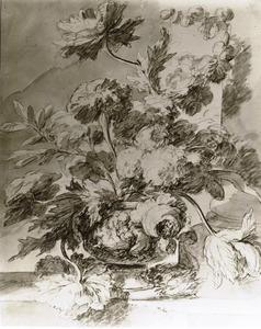 Bloemstilleven in een vaas, versierd met putti, op een stenen plint, rechts een zuil