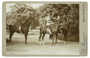 Portret van Cecile Alexandrine barones de Constant Rebecque (1857-1941) en Justine Therese Civile barones de Constant Rebecque (1855-1951) en een onbekende man