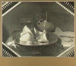 Stilleven met kometenglas, mosterdpot, brood, garnalen en stukjes vlees op een bord