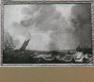 Schepen op een woelig meer; rechts een havenhoofd en in de achtergrond het silhouet van een kuststrook