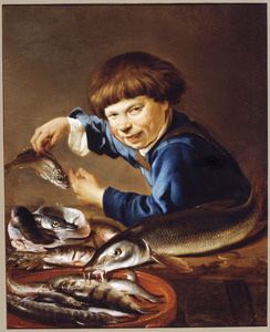 Een jongen bij een uitstalling van vis