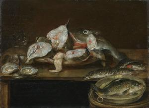 Vissen en oesters op een tafel