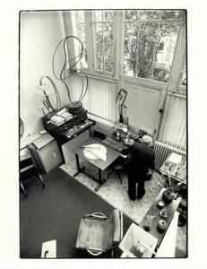 César Domela aan het werk in zijn atelier