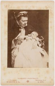 Portret van een vrouw en een baby