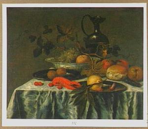 Stilleven met een porseleinen schaal en tinnen borden met vruchten, een brood en een kreeft op een tafel