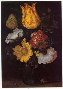 Bloemen in een glazen vaas, met links een rups, op een plint