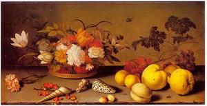 Stilleven met links bloemen in een mand, met daarvoor schelpen en rechts vruchten