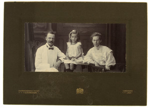 Portret van Douwe Feikema (1873-1949), Anna Geertruida Jacoba Wilhelmina Diest Lorgion (1880-1982) en Johanna Mina Feikema (1904-1986)