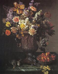 Bloemen in een vaas met een schaal met wilde aardbeien en een dode haas op een marmeren blad