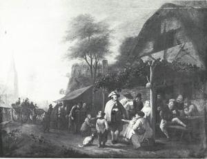 Gezicht op een dorpsstraat met draailierspeler