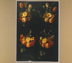 Gebeeldhouwd cartouche versierd met vier bloemfestoenen