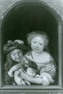Twee kinderen met een hond in een venster