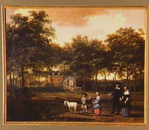 Familieportret van een echtpaar en hun twee kinderen voor een landhuis