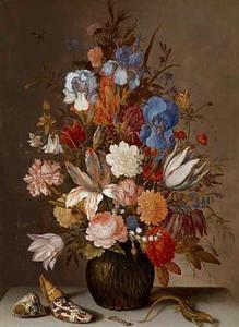 Bloemen in een glazen vaas, schelpen, een rups en een sprinkhaan op een stenen blad