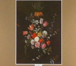 Bloemen in een glazen vaas, een zakhorloge ligt terzijde