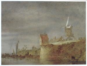 Riviergezicht met een stadswal en een molen op de rechteroever