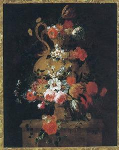 Tuinvaas met rozen en tulpen op een piëdestal