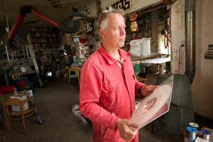 John Körmeling werkend in zijn atelier