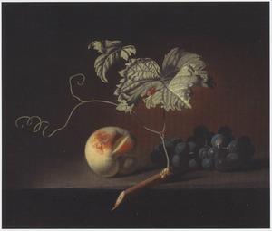 Stilleven van een perzik en een druiventros met wijnrank