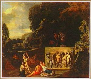 Arcadisch landschap met dansende vrouwen bij een sarcofaag met daarop de voorstelling van de Triomf van Silenus
