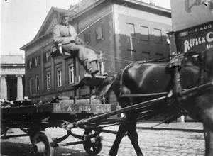 Paard en wagen op de Dam richting Rokin voor het Commandantshuis te Amsterdam