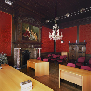 Kamer met een 17de eeuwse schoorsteenbetimmering, schoorsteen -en bovendeurstuk