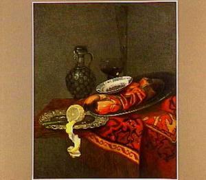 Stilleven met kreeft, citroen, stenen kan en glazen op een oosters kleed