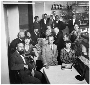 Kunstenaars in het restaurant 'Au Neuvième Art' van Leo Faust, met o.a. Piet Mondriaan, Piet Zwart en Vilmos Huszar
