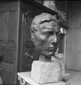 Het atelier van Antoine Bourdelle met een brons van het hoofd van Apollo