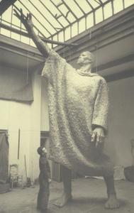 Beeldhouwer Idel Ianchelevici in zijn atelier met zijn beeldhouwwerk L'Appel uit 1939