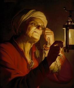 Oude vrouw, een munt bestuderend bij kaarslicht