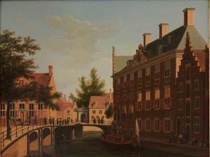 Gezicht op het Oudezijds Heerenlogement aan de Grimburgwal in Amsterdam