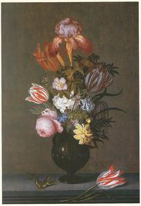 Vaas met bloemen, hagedis en tulp op een stenen plint