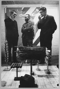 Franck Gribling (rechts), Theo Niermeyer en Albert Waalkens op een opening van een tentoonstelling van werk van Waalkens in Finsterwolde op 6 maart 1965