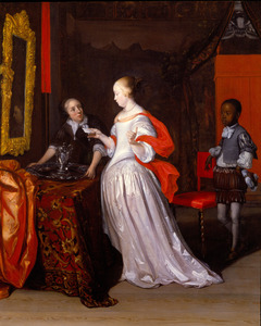 Jonge vrouw met een brief en twee bedienden in een voornaam interieur