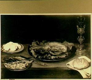 Stilleven op een tafel met vlees, vis, brood en roemer in een bekerschroef