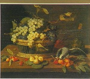Stilleven van een mand met druiven, andere vruchten en een papegaai pikkend aan een perzik; op een houten tafel